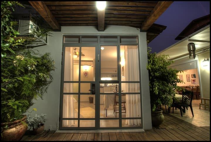 סטודיו פרטי עם מרפסת דק בגינה. Privet studio