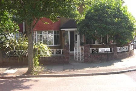 Bed and  Breakfast Accomation  - Twickenham