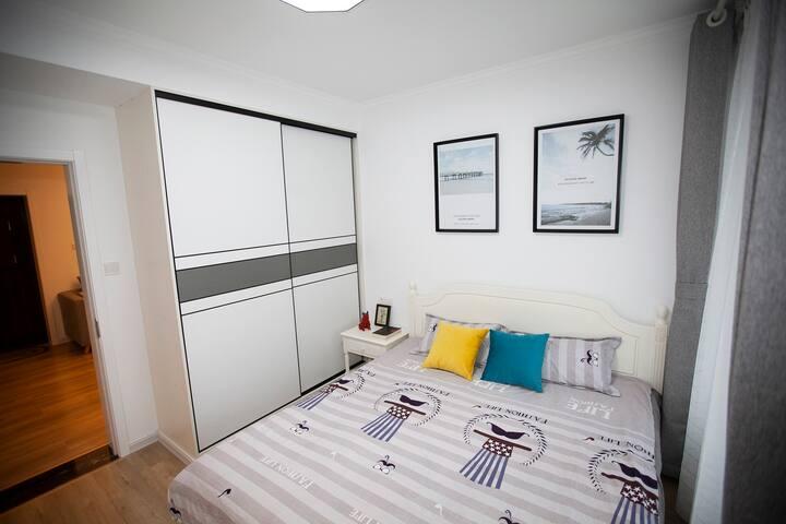 卧室的实木床、超大衣柜
