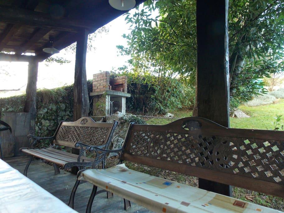 jardín con barbacoa y cenador