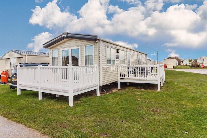 Brilliant 8 berth caravan for hire in Suffolk at Broadland Sands ref 20164BS