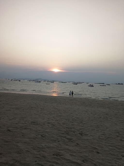 出小区就是海滩,日出日落,风景很美