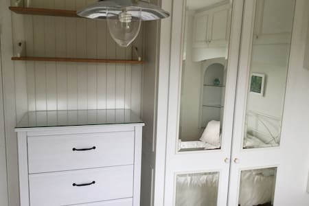 Light, airy, double room - Beaconsfield