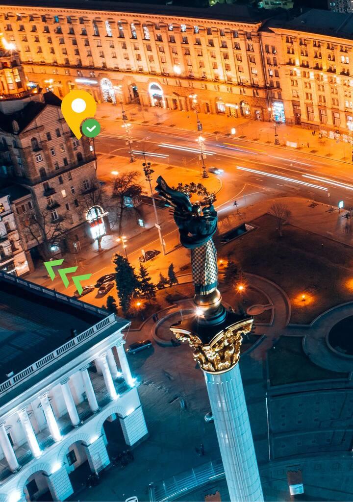 За вікном головна вулиця столиці