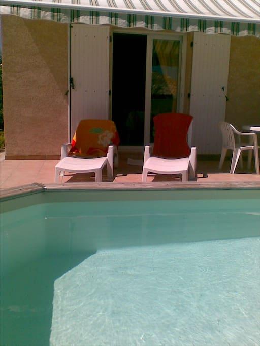 piscine et transat pour se rafraichir et bain de soleil