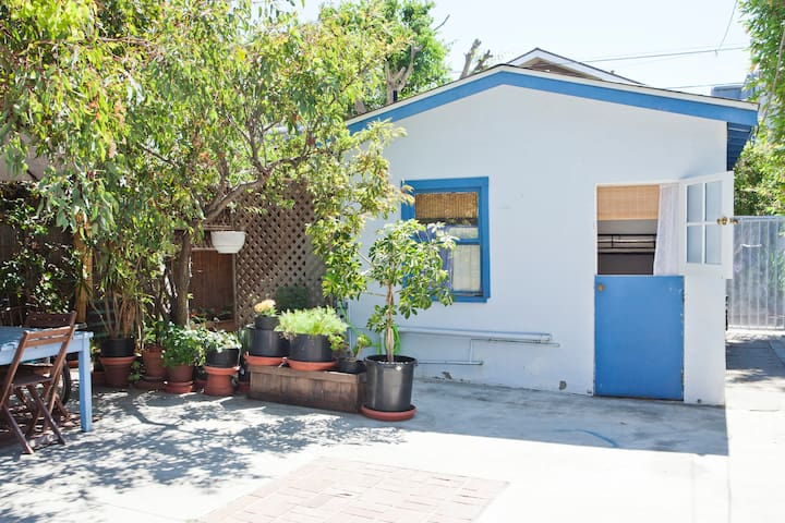 Adorable venice bungalow private guesthouse pensione in for Casa bungalow california