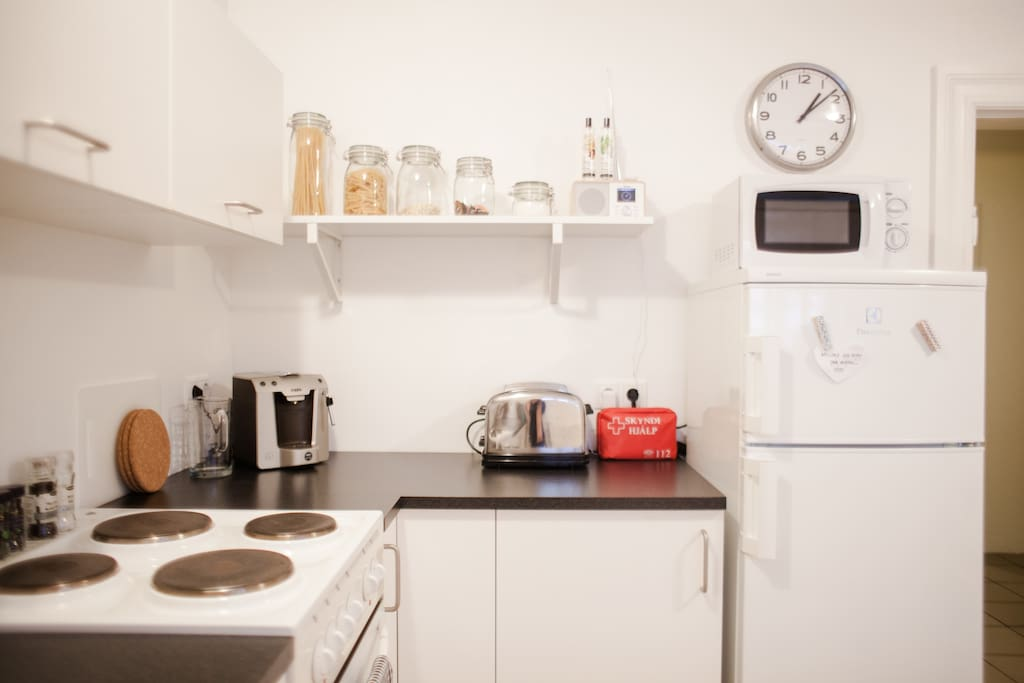 Fully equipped kitchen - expresso / coffie machine / toaster / microwave / stove / refridgerator / freeser