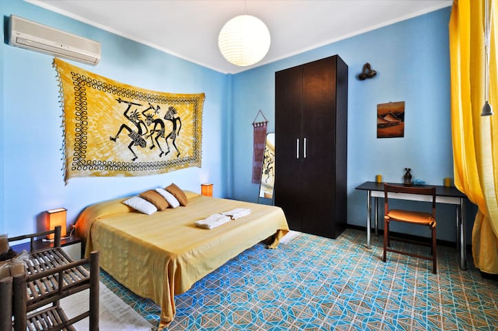 Yellow room with seaview air cond chambres d 39 h tes for Chambre d hote sardaigne