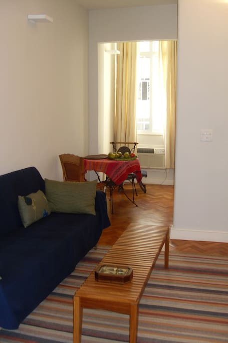 Vista da sala para a janela com mesa de refeições/ View to the window of the living room and dinning table