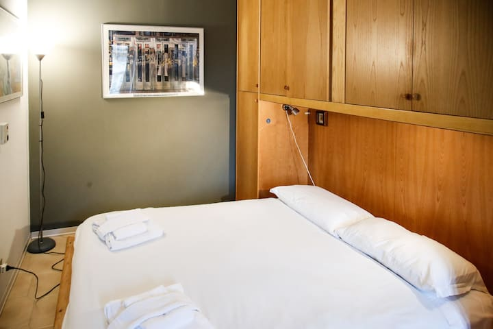 Bedroom: king size bed, intern details,    wardrobe. Camera da letto: letto matrimoniale, dettagli interni, guardaroba.