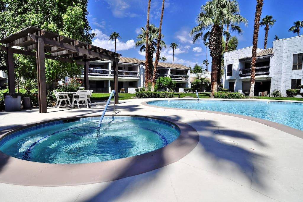 Beautiful palm springs 2 bedroom 2 bath condo for Plush pad palm springs
