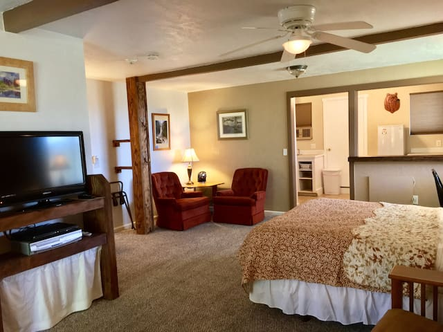 Explorer Suite-Private entry, queen bed, free WiFi - Ahwahnee - Rumah Tamu