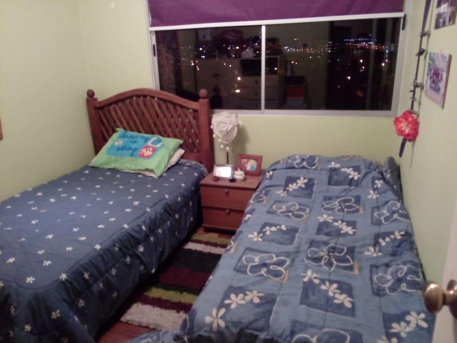 habitación para una o dos personas, una cama de plaza y media, la otra es de una plaza