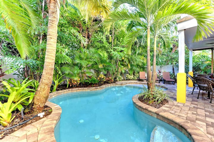 Bright and tropical home w/ lagoon-style private pool! Heart of Holmes Beach!