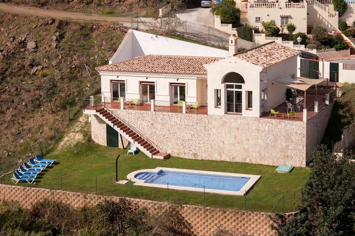 Luxury Villa with large garden Private Pool Mijas - มิจาส - วิลล่า