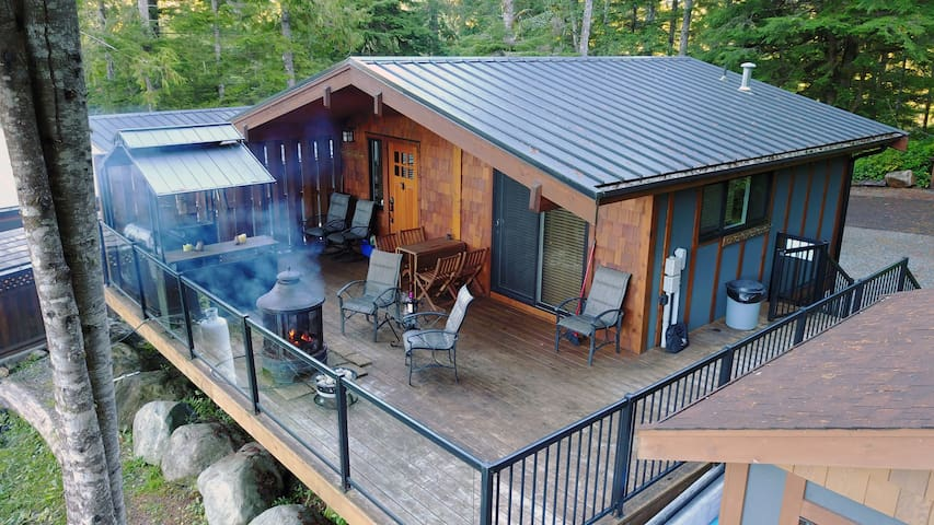 The Great Escape with Hot Tub and Bunkhouse