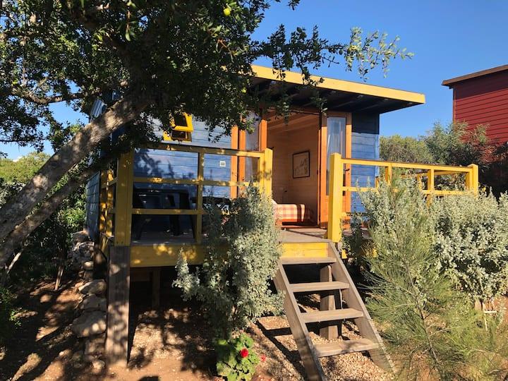 Cabane jaune en bois dans le gîte rural Bedobled
