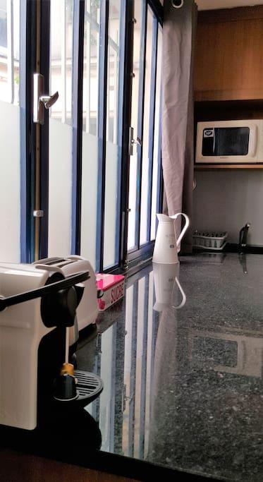 petit loft d 39 artiste sur cour pav e appartements louer paris le de france france. Black Bedroom Furniture Sets. Home Design Ideas