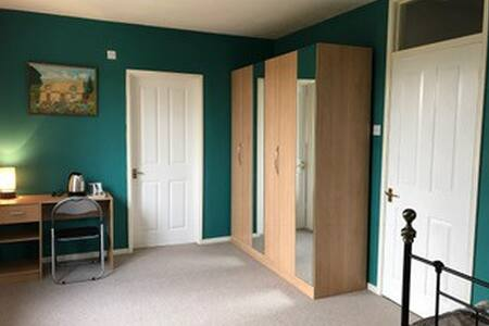 Spacious double room with ensuite in family home - Worcester
