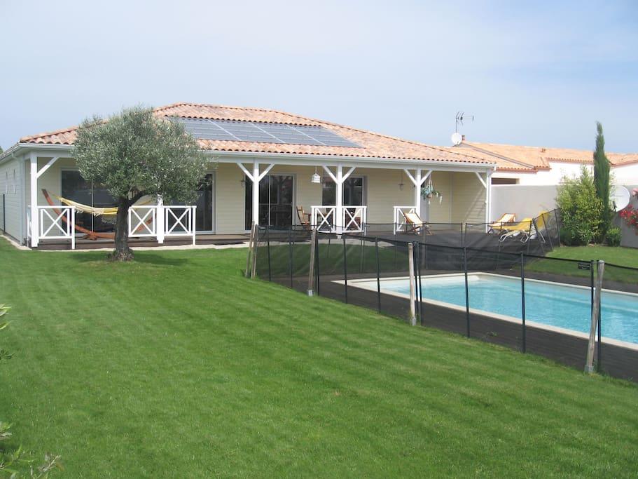 Vue d'ensemble maison + piscine