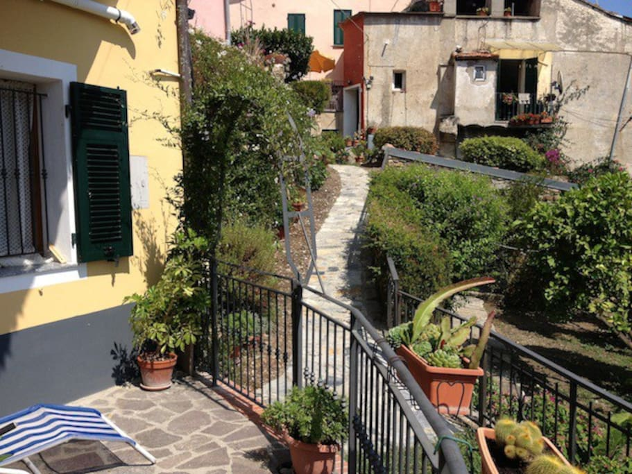 view over the pathway leading to the Holiday Apartment Casa Giardino
