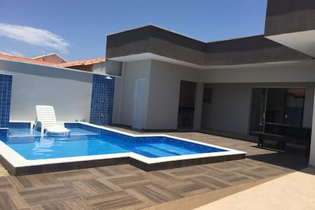 Casa nova c/ piscina 200 metros da praia