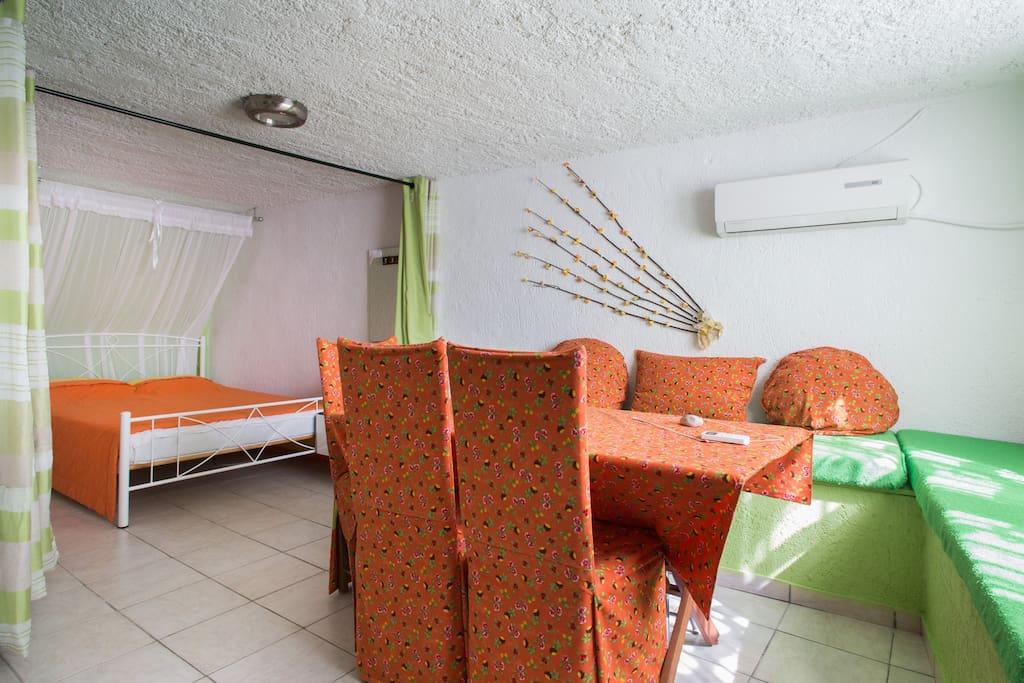 Τραπεζαρία  4 ατόμων στο κατάλυμα Διόνυσος. Four people dining table in the apartment Dionisos. Обеденный стол на четырех человек в квартире Дионисос.