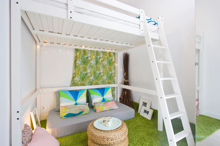 New Garden Themed Room near Metro