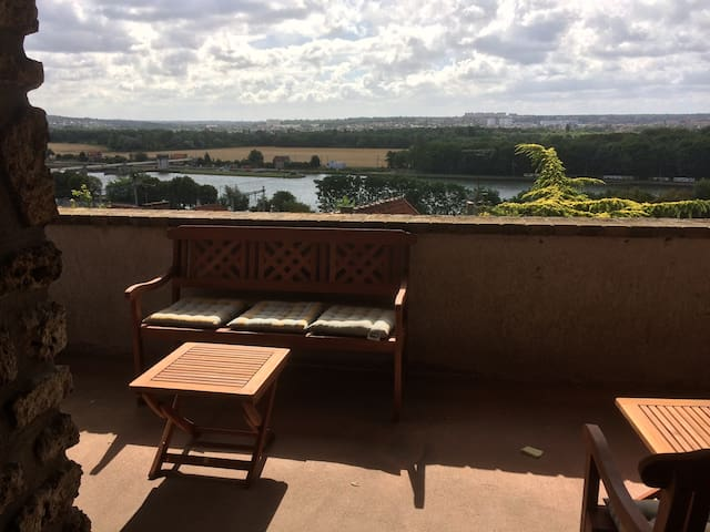 Terrace with very nice view, 30 min to Paris