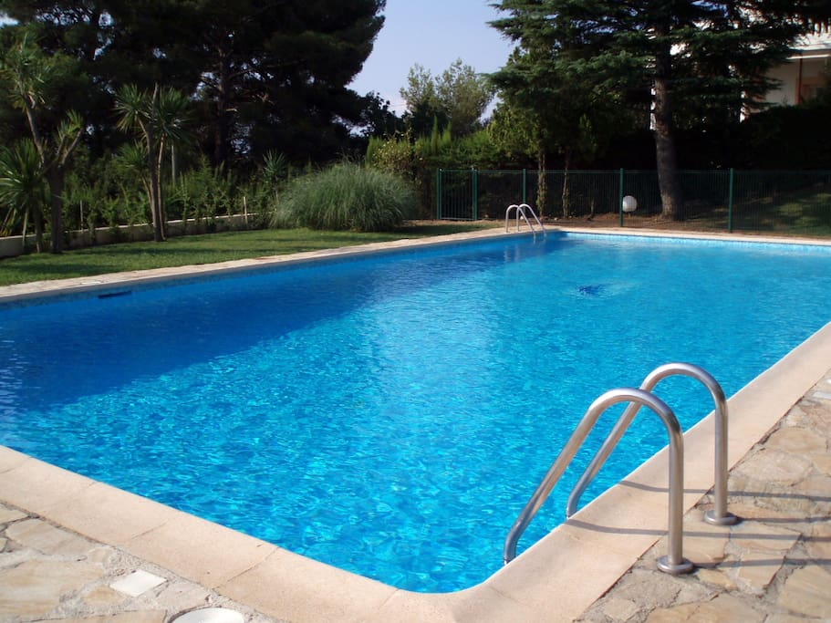 Belle piscine 15m X 7m avec vue mer / Nice pool 15m X 7m with sea view