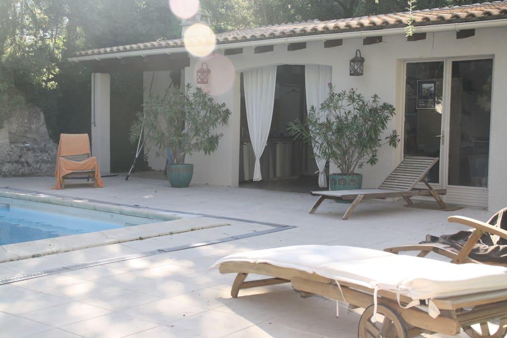 Détente près de la piscine, à l'ombre ou au soleil.