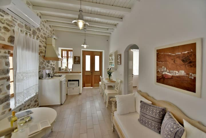 "Lela's House ""Kamini"" 2 bedroom alley's view suite"