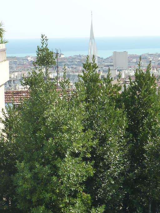 Une vue sur toute la ville jusqu'à la mer