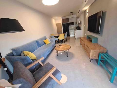 דירת נופש בבניין 50 מטר מחוף הים מול המרינה