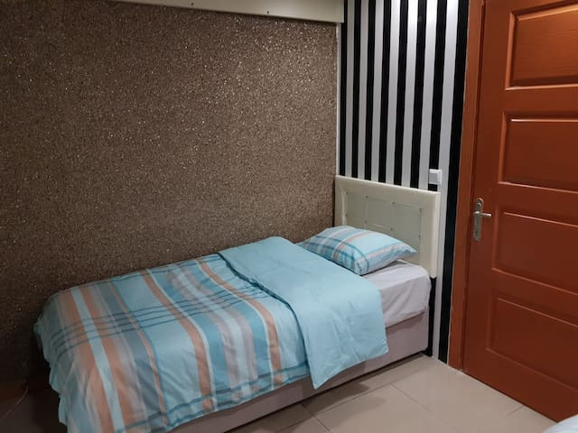 ROOM JUST FOR GIRLS GREAT LOCATION!!!!!