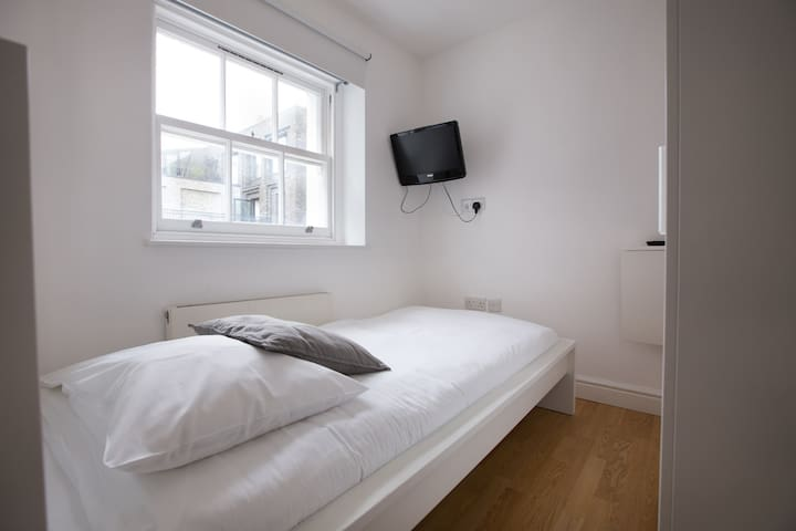 Delightful single bedroom in Tottenham Street by Allô Housing