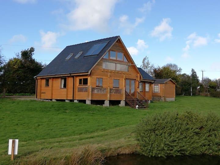 Scandinavian Lodge overlooking private lake