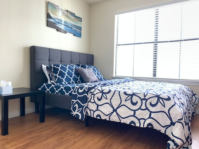 Private room+balcony right next to UT/Downtown!
