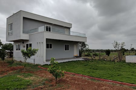 Beautiful farm house, nature retreat near airport