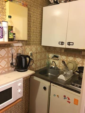 La cuisine, micro onde, cuisinières avec plaque électrique, ustensiles de cuisine, parfait pour les curistes aux thermes d'Aix les bains