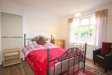 comfortable , warm double room use of house - Brighton - Apartment