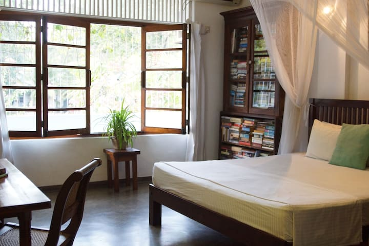 COLOMBO 7 - CHARMING LIBRARY ROOM