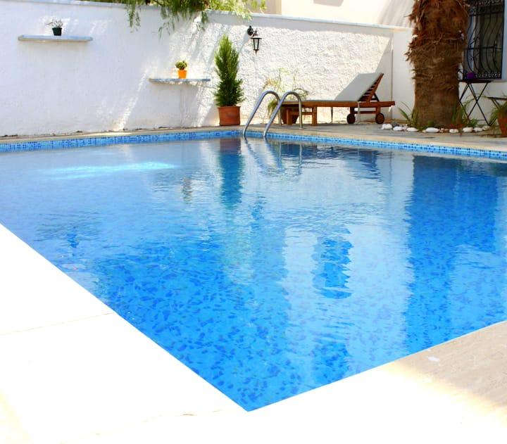 Cosy studio with pool view