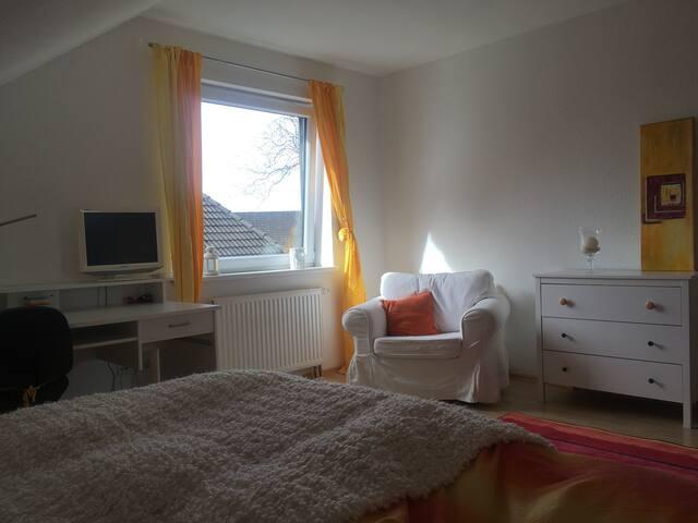 Gelb-weißes Privatzimmer Blick vom Bett