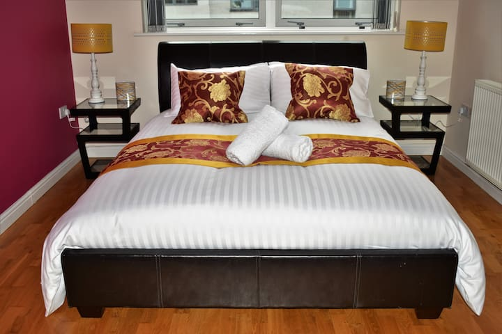 Deluxe king room with private bathroom and parking