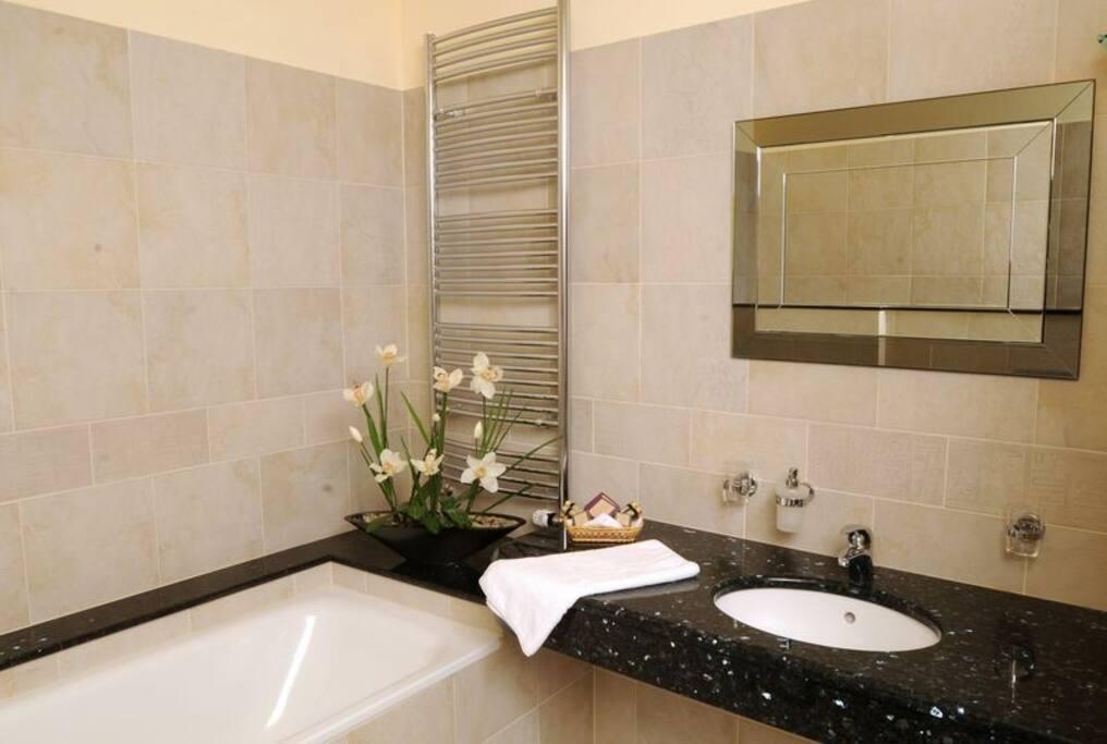 Koupelna s vanou, sprchovým koutem a toaletou