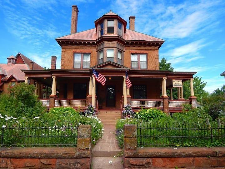 Victorian Hall - 1906 Victorian Mansion Room #14