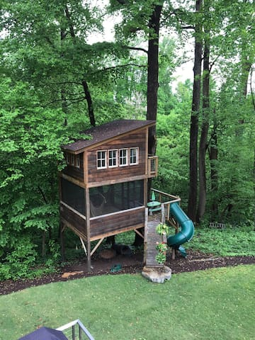 This is the Trailside Treehouse, located in the heart of Richmond, Virginia. Richmond is located at about the center of the East Coast, making it a popular stopping spot for road trippers and adventurers from both north and south.