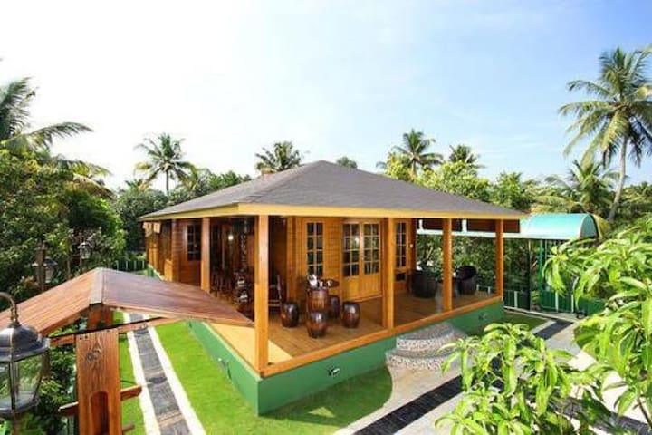 Luxury Wooden Villa facing Cochin backwaters - Kochi - Villa