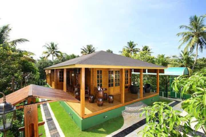 Luxury Wooden Villa facing Cochin backwaters